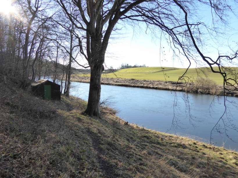 River & hut P1010399